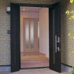 玄関ドアに網戸を後付けする方法やリフォームの相場や事例!